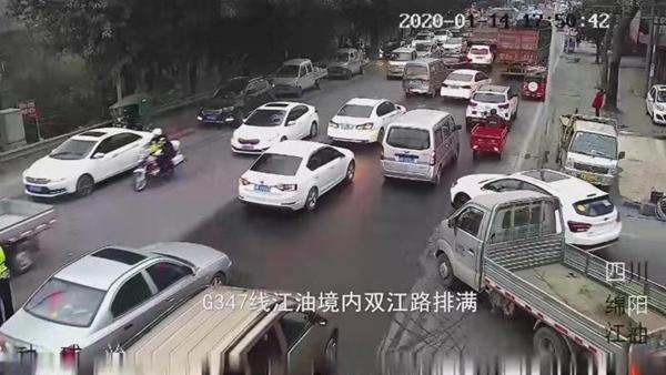 视频 暖心!急救路上遭遇堵车 江油交警逆行救命