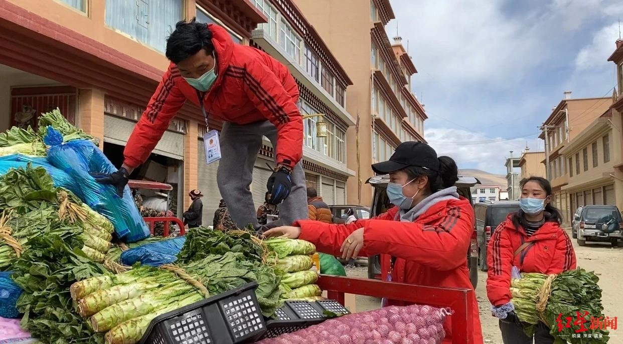 """保障4万居民日常生活 """"跑腿侠""""骑电驴一天送货超5吨"""