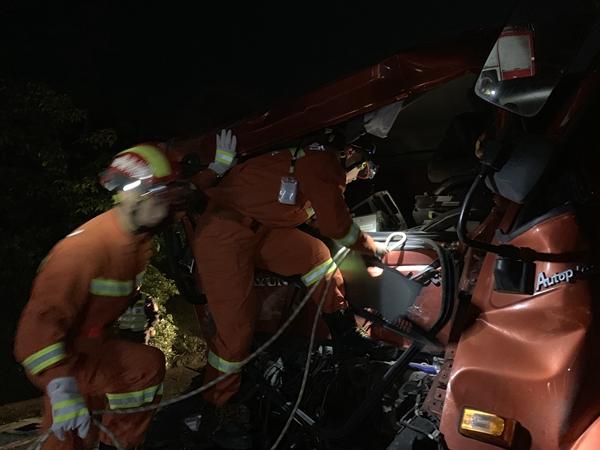 惊险!泸州两车追尾一司机被卡车内 消防员这样拉开救援通道
