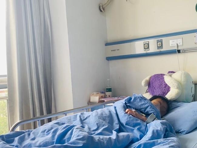 """自贡12岁女孩长期遭家暴?其母称""""教育不得当,下手重了点"""" 警方介入调查"""