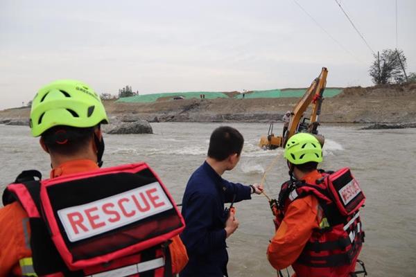 """视频 广汉:河道作业一人被困 挖掘机""""搭桥""""成功救援"""