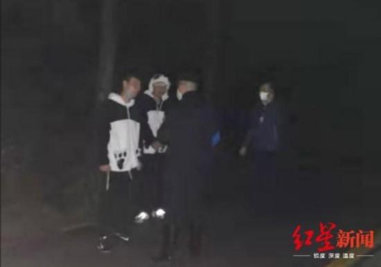 雨夜营救!5名年轻游客步行下山,夜遇暴雨被困峨眉山……