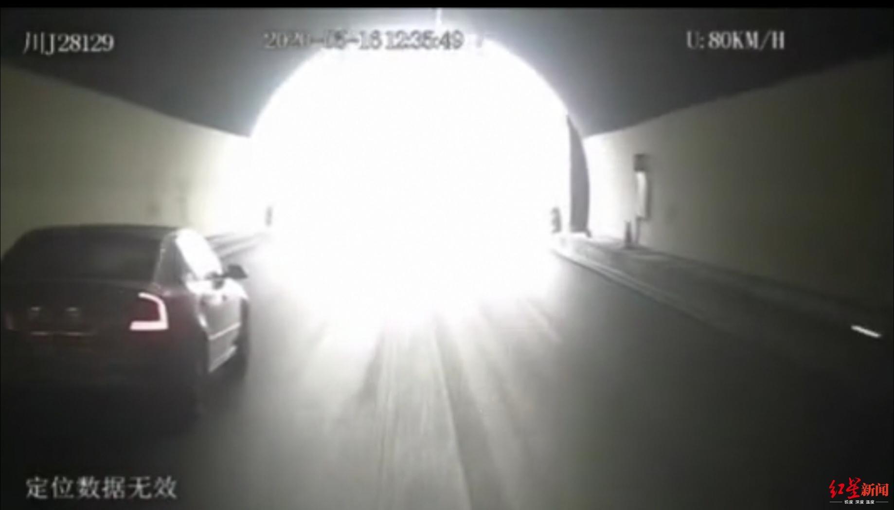 雅西高速大客车侧翻致6死20伤,行车记录仪拍下撞护栏侧翻瞬间