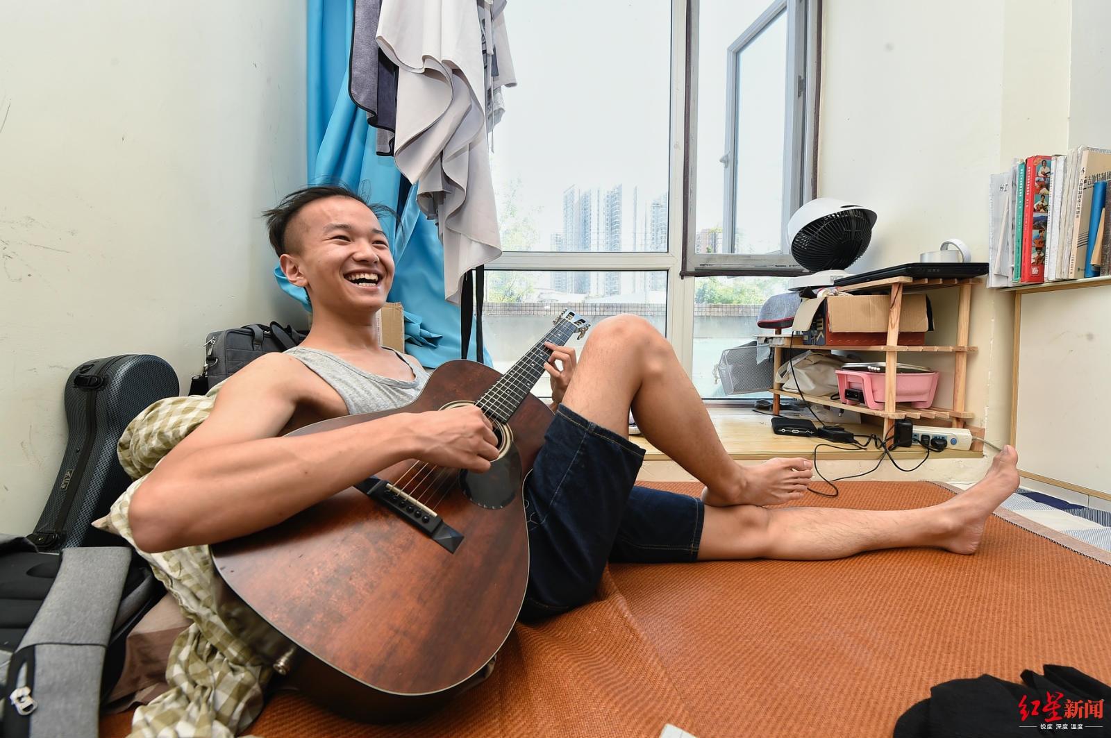 """成都街头唱《大鱼》火了 23岁小伙回忆""""最穷时光"""":一天吃9个馒头"""