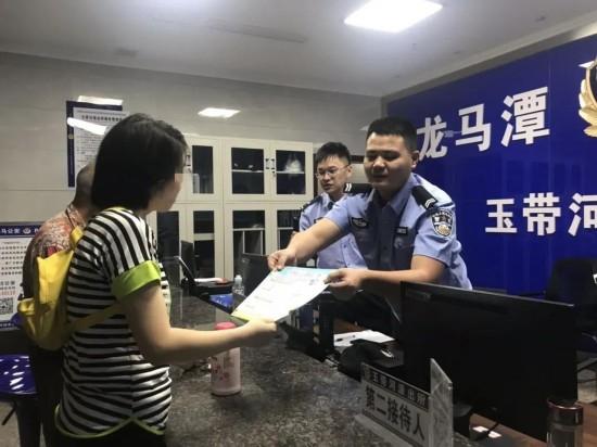"""视频丨泸州民警用""""川普""""助被骗市民止损 骗子被逼到""""结巴"""""""