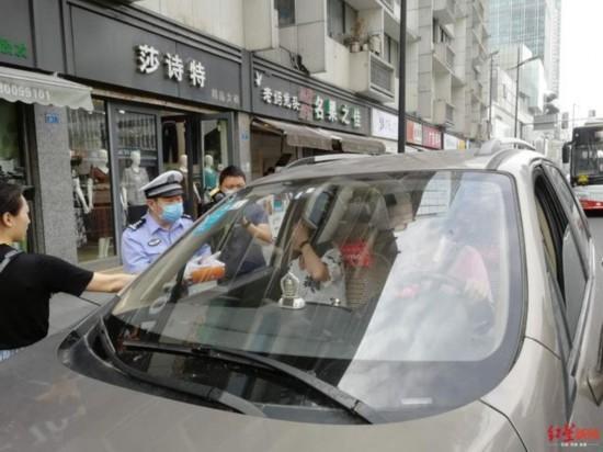 """""""一盔一带""""交警持续行动 1小时12位司机未系安全带遭罚"""