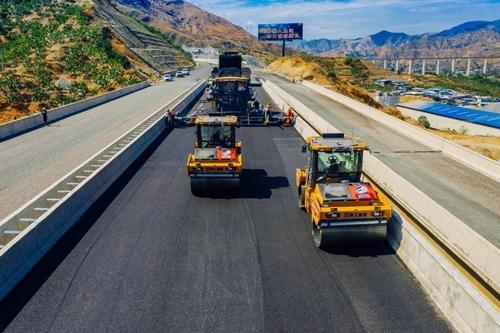 全球首次!沥青路面由无人驾驶压路机施工在四川实现